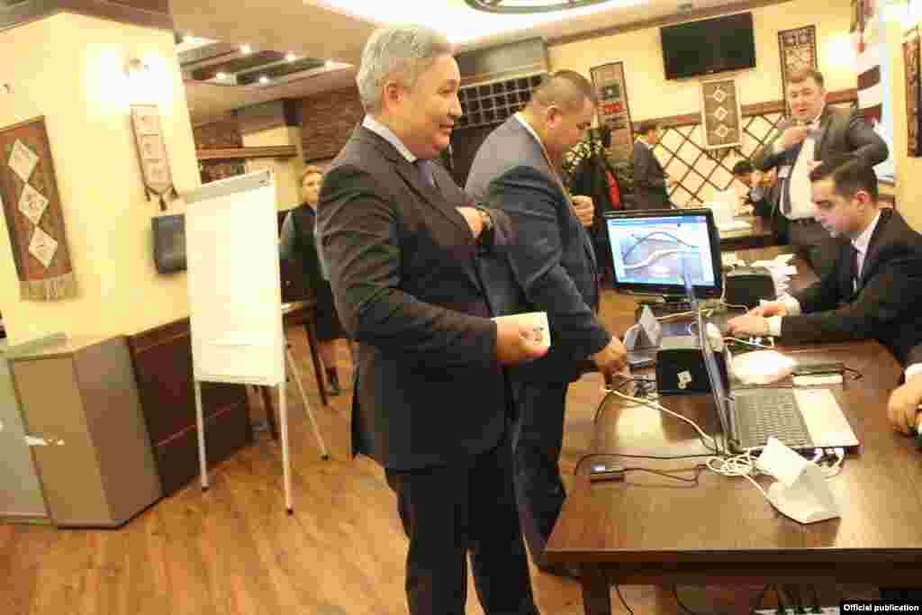 Голосует посол Кыргызстана в России Болот Отунбаев