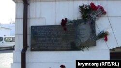 Мемориальная доска Номана Челебиджихана в Севастополе