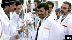 Iranian President Mahmud Ahmadinejad (center) inspects the Natanz nuclear facility in central Iran. (file photo)