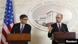 Прем'єр-міністр України Арсеній Яценюк (праворуч) та міністр фінансів Сполучених Штатів Джейкоб Лью під час брифінгу у Києві. 13 листопада 2015 року
