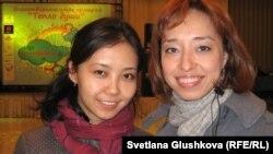 """Алия Байназарова (справа), посетительница второй благотворительной ярмарки выпечки и рукоделия """"Тепло души"""". Астана, 22 сентября 2012 года."""