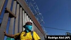 Мигранты на границе США.