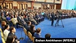 Государственные служащие слушают послание президента Казахстана Нурсултана Назарбаева. Астана, 30 ноября 2015 года.