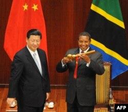 Председатель КНР Си Цзиньпин вручает президенту Танзании Джакайю Киквете символический ключ от здания международного Конгресс-центра в столице страны. За последние 10 лет Китай вложил в проекты в странах Африки южнее Сахары, от инфраструктурных до ресурсных, 120 млрд долларов. Это больше чем весь будущий капитал Нового банка развития БРИКС.