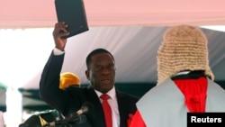 Зимбабвенің жаңа президенті Эммерсон Мнангагва ант беріп тұр. Хараре, 24 қараша 2017 жыл.