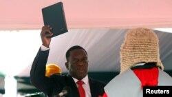 Новый президент Зимбабве Эммерсон Мнангагва приносит присягу