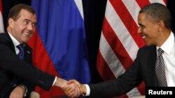 ABŞ prezidenti Barack Obama Rusiya prezidenti Dmitry Medvedevlə görüş zamanı. 12 Noyabr 2011