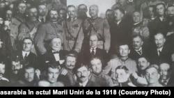 Delegați ai Sfatului Țării și oficiali români după ședință: în centru de la stânga la dreapta sunt D. Ciugureanu, A. Marghiloman și I. Inculeț