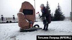 Участница акции памяти в Красноярске