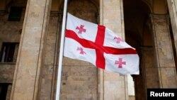 Грузин парламентинин алдына илинген грузин желеги