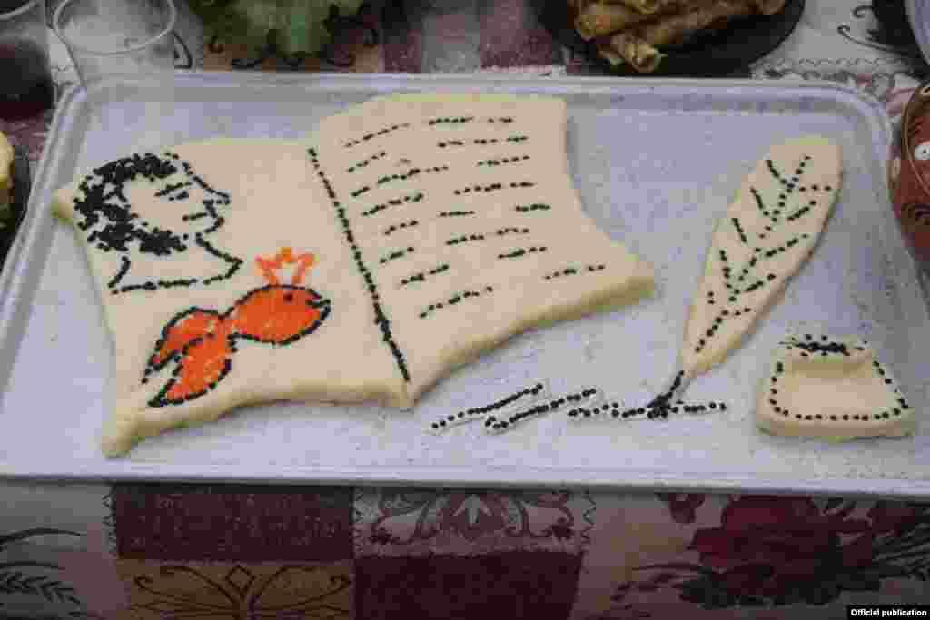 Простые учителя из Кемерово во время празднования года литературы в России выложили портрет Александра Пушкина из черной и красной икры