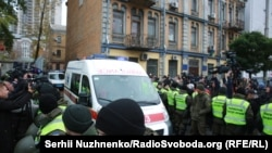 «Швидка» з Миколою Коханівським залишає територію Святошинського суду Києва, 24 жовтня 2017 року