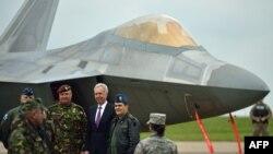 Șeful Statului Major, generalul Nicolae Ciuca (al 2-lea din stânga) și ambasadorul SUA în România Hans Klemm (în mijloc), pe fundalul unui F-22, la baza Mihail Kogalniceanu.