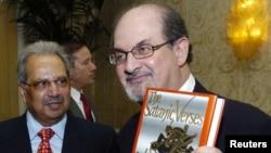 سلمان رشدی در سال ۱۹۸۸ و در حالی که یک نسخه از کتاب «آیات شیطانی» را در دست دارد.