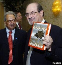 """Salman Rushdie """"Şeytan ayələri"""" kitabı ilə, ABŞ, 2006"""