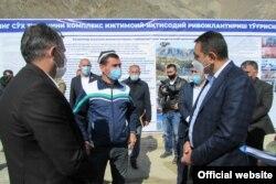 Спустя совсем немного времени после назначения главой Ферганской области Хайрулло Бозоров (справа) посетил Сохский район, где в мае 2020 года произошел конфликт между местными жителями и жителями соседнего Кыргызстана.