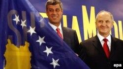Premijer i predsjednik, Hashim Thaci i Fatmir Sejdiu predstavili novu zastavu Kosova, Priština, 17. februar 2013.