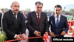 Президент Таджикистана Эмомали Рахмон (в центре). Справа - его сын Рустам Эмомали. 25 декабря 2015 года.