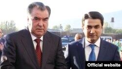 Тәжікстан президенті Эмомали Рахмон (сол жақта) мен оның ұлы Рустам Эмомали. 25 желтоқсан 2015 жыл.