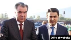 Президент Таджикистана Эмомали Рахмон с сыном Рустамом Эмомали (справа). 25 декабря 2015 года.