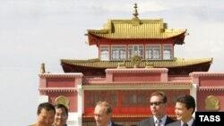 Владимир Путин и Кирсан Илюмжинов у буддистского храма в Элисте, 2005 г