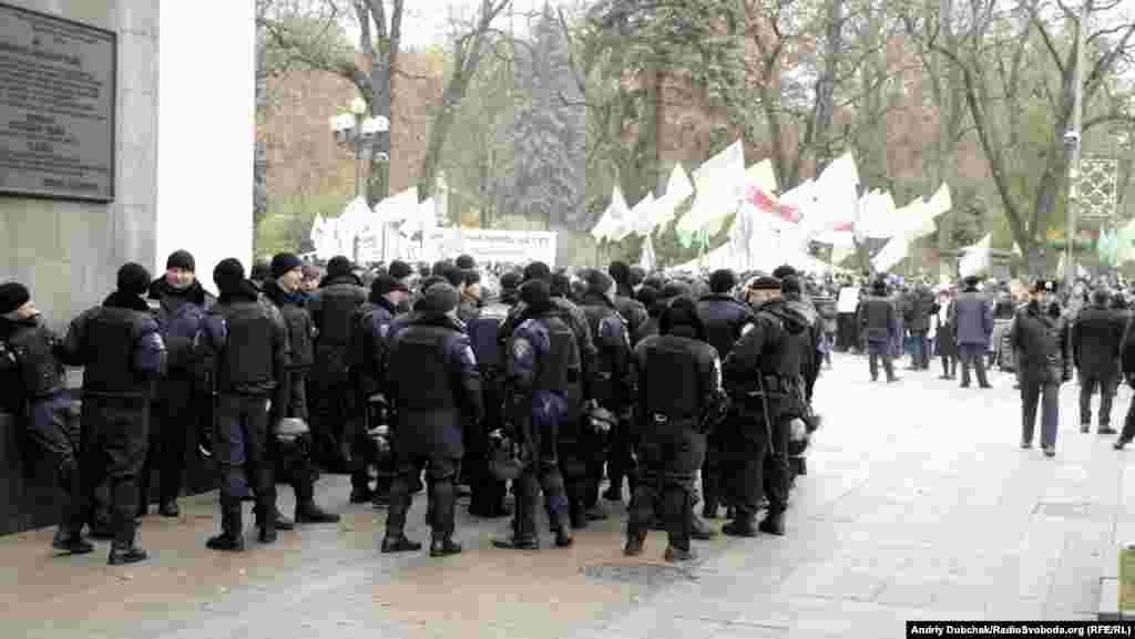 Спецзагони міліції були, але стояли не суцільним кордоном перед входом до Верховної Ради, а пообіч