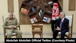 د مصالحې عالي شورا رئیس عبدالله عبدالله (ښی) او د پاکستان لوی درستیز جنرال قمر جاوېد باجوه (کین)