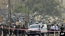قوات أمن عراقية تفحص موقع إنفجار في بغداد