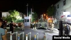 Військова техніка біля будівлі поліції у Стамбулі, 16 липня 2016 року