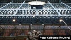"""Day-in ən məşhur işlərindən biri - St Pancras vağzalındakı """"Görüş yeri"""" abidəsi"""