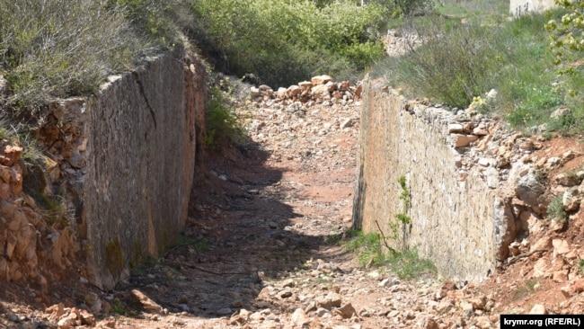 Частично сохранились оборонительный ров и земляной вал за ним
