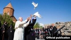 Գարեգին Բ-ն և Հռոմի Պապը Խոր Վիրապի Սուրբ Աստվածածին եկեղեցուց Արարատի ուղղությամբ խաղաղություն խորհրդանշող աղավնիներ են բաց թողնում, 26-ը հունիսի, 2016թ.