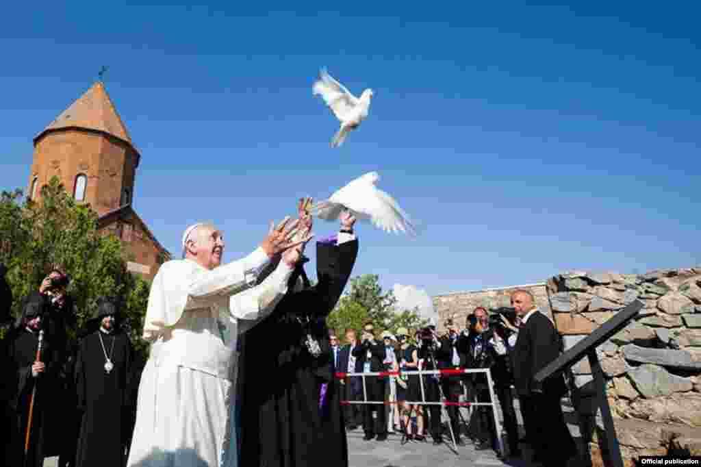 Армения - Папа Римский Франциск и Католикос всех армян Гарегин Второй выпускают голубей, символизирующих мир, в монастыре Хор Вирап близ горы Арарат, расположенной в соседней Турции, 26 июня (Фото любезно предоставлено ААЦ)
