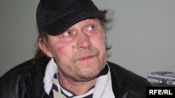 Германиядан Қазақстанға депортацияланған Николай Кублинский Алматы әуежайында тұрып жатыр. Алматы, 11 қазан 2009 жыл.