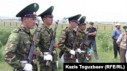 Подразделение автоматчиков. Город Ушарал Алматинской области, 10 июня 2012 года. Иллюстративное фото.