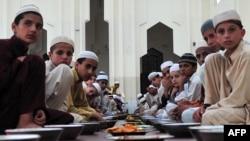 Tojikiston prezidenti bolalarni masjidga kiritmaslik to'g'risidagi qarorni Ramazon oyida chiqargani munozaralarga sabab bo'lmoqda.