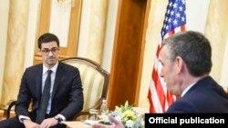Susret Roberta Karema (L), pomoćnika državnog sekretara za odbranu i bezbednost SAD-a i Kadrija Veseljija, (D) predsednika kosovskog parlamenta