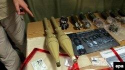 مقامات آمريکايی با نمايش برخی سلاح های به دست آمده در عراق، ايران را به حمايت از شبه نظاميان عراقی متهم کردند.