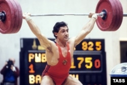 Vardanian won gold at the 1983 World Weightlifting Championships in Moscow.