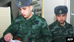 Hərbçilər Bakıdakı seçki məntəqəsində, 18 mart 2009