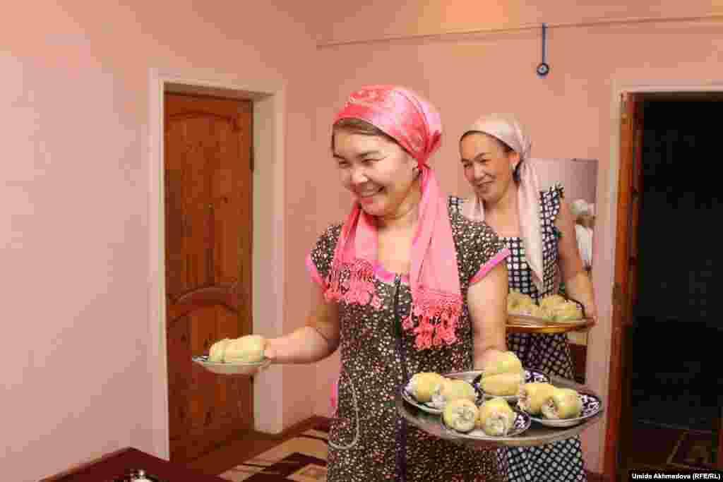 Невестка соседей Азизы, Жулдыз, и дочь Азизы Салима (справа).