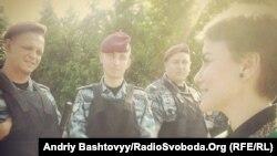 Журналістка спілкується з правоохоронцями біля резиденції президента, село Нові Петрівці, 06 червня 2013 року, фото з Facebook Андрія Баштового