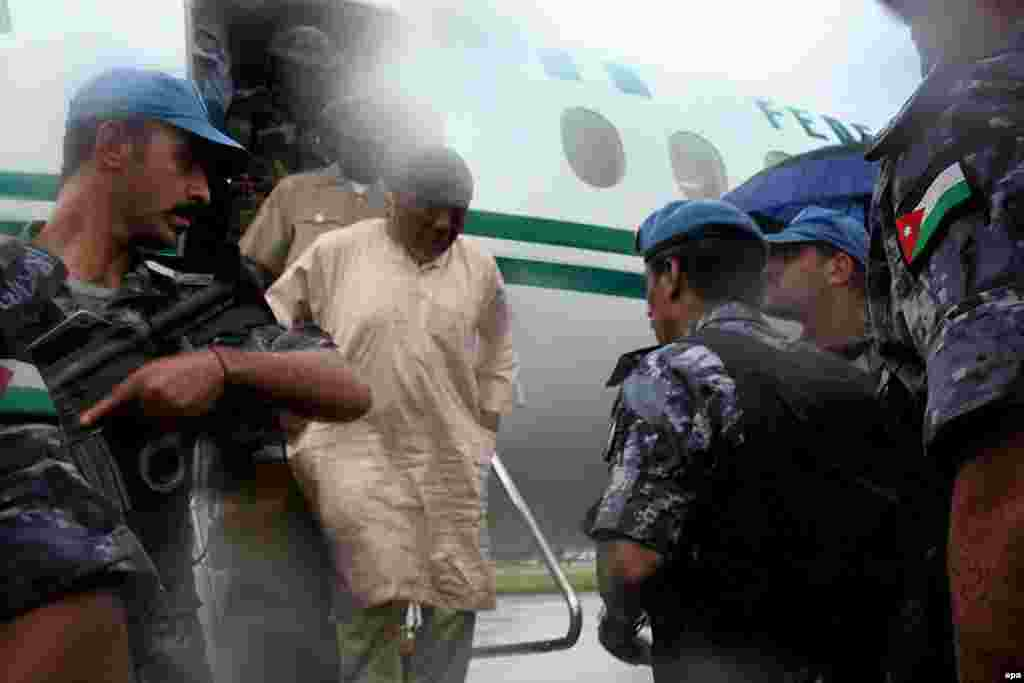 بازگشت سرکرده تایلور از نیجریه به لیبریا. او و از همینجا به سیرالئون فرستاده شد، جایی که به جنایت جنگی متهم است.
