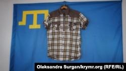 Крымскотатарский флаг и мужская рубашка