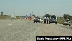 Шеңгелді ауылына кіре беріс жолға қойылған күзет. Алматы облысы, 21 тамыз 2013 жыл.