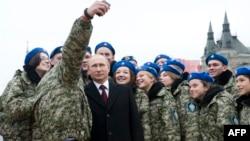 Владимир Путин позирует для селфи с молодыми патриотами
