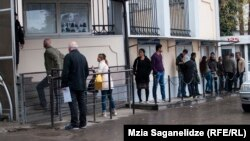 ხალხის რიგი შვეიცარიის საელჩოსთან, თბილისში