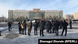 Протест вкладчиков, которые не могли получить свои деньги от компаний «Гарант 24 Ломбард» и «Выгодный займ» перед акиматом Актюбинской области. Актобе, 24 февраля 2020 года.
