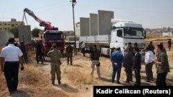 Турция строит разделительную стену на одном из участков турецком-сирийской границы, август 2016