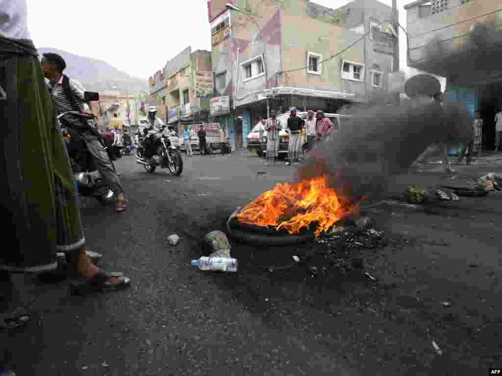 У столиці Ємену Сані понад 40 осіб загинуло внаслідок сутичок між урядовими силами та прихильниками опозиції. Зіткнення між опозицією та прихильниками президента країни Алі Абдалли Салеха активізувалися у Сані у вівторок. Photo by Mohammed Huwais for AFP